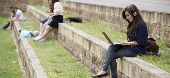 Joven preparando las pruebas libres del graduado en ESO de Aragon 2013